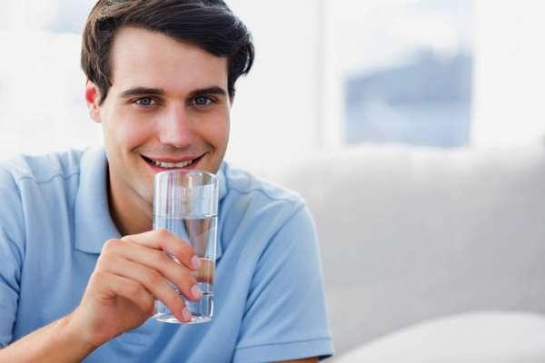 Парень пьет воду