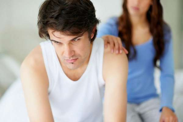 Женщина утешает мужчину