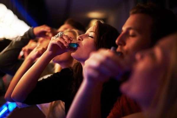 Компания выпивает