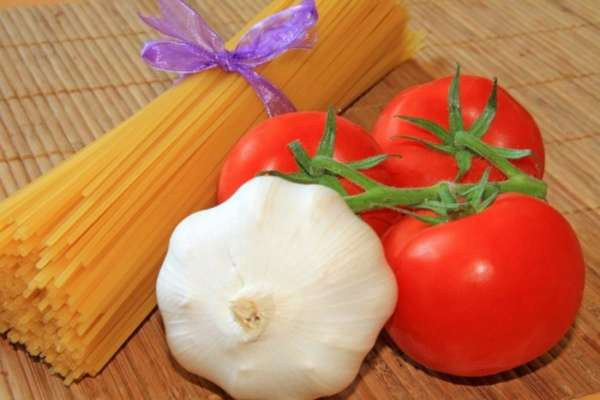 Чеснок и помидоры с макаронами