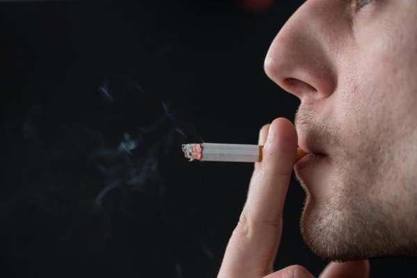 Парень курит