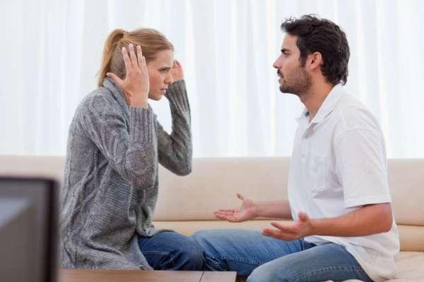 Парень спорит с девушкой
