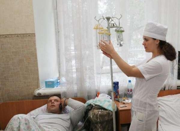 Медсестра устанавливает капельницу