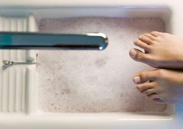Подготовка к мытью ног