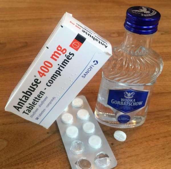 Таблетки Антабус и бутылка водки