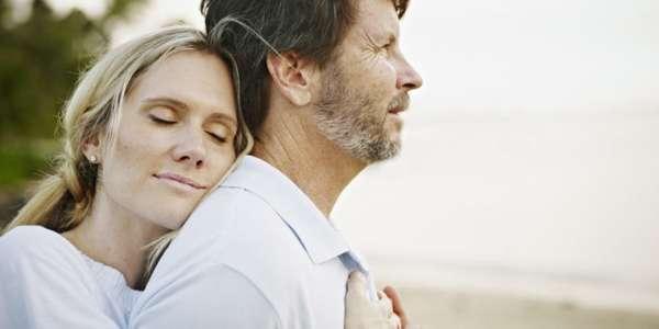 Жена обнимает мужа