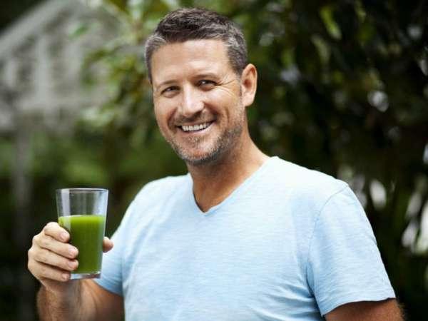 Мужчина пьет сок