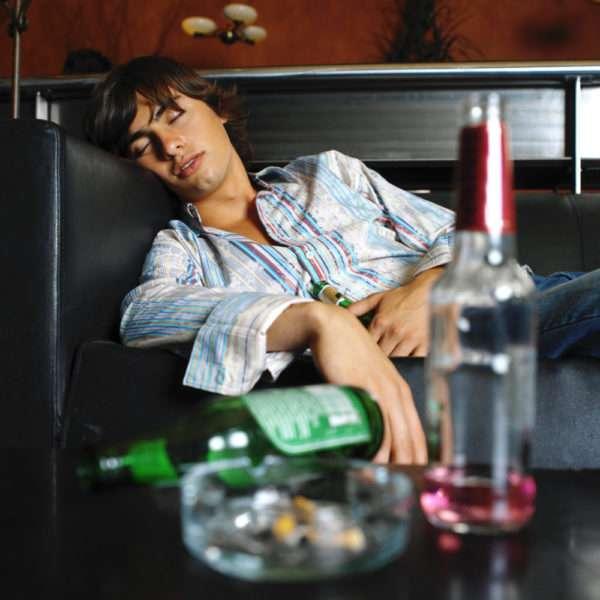 Парень уснул после выпитого