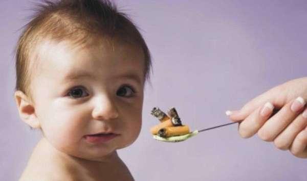 Малышу дают сигареты