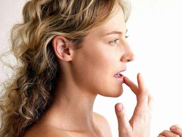 Нанесение крема на губы