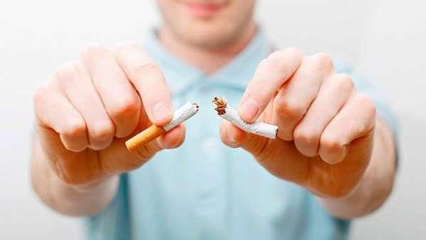 Сломанная сигарета в руках