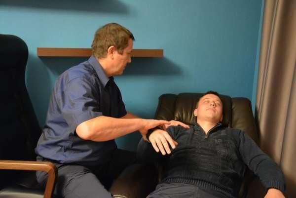 Мужчина проводит сеанс гипноза