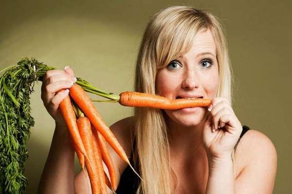 Ест морковку