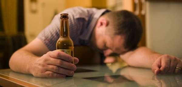 Мужчина уснул после выпивки
