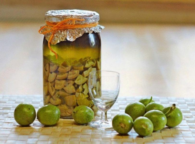 Зеленый грецкий орех в банке