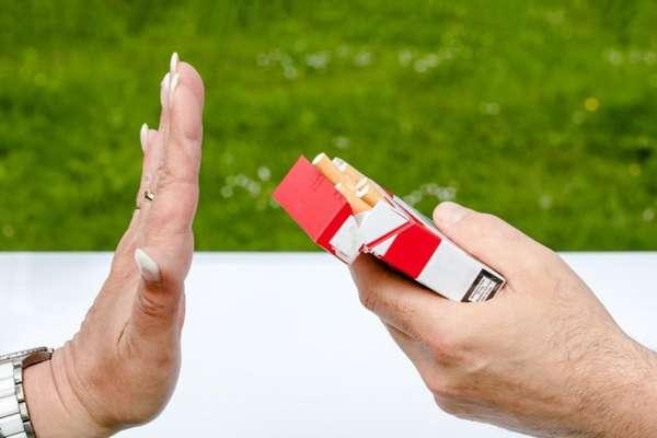 Отказывается курить