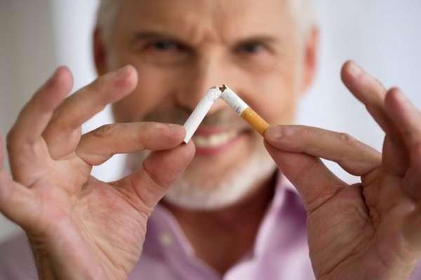 Мужчина переломил сигарету