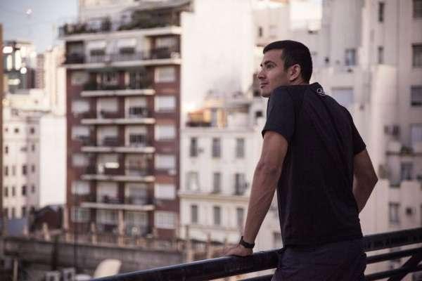 Парень на балконе