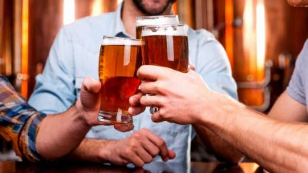 Компания пьет пиво