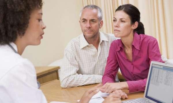 Пара консультируется с врачом