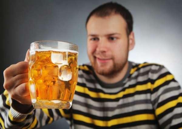 Мужчина собирается пить пиво
