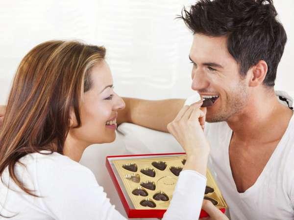Пара ест конфеты