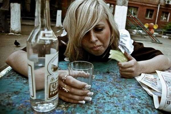 Женщина напивается
