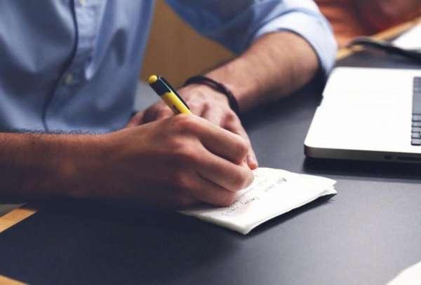 Мужчина пишет