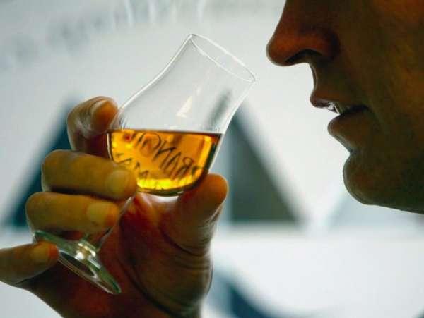 Мужчина употребляет алкоголь