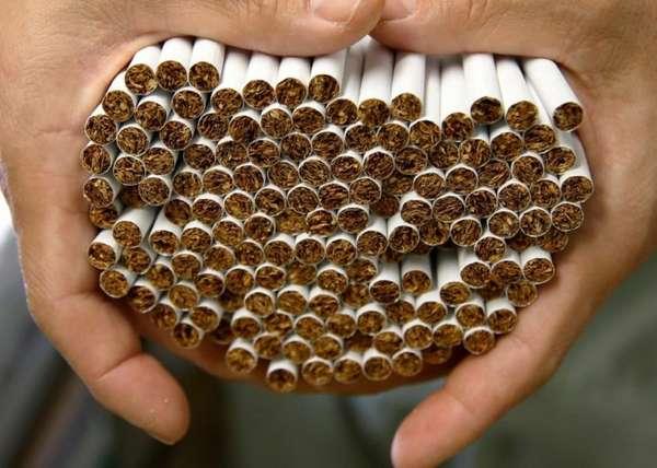 Много сигарет в руках