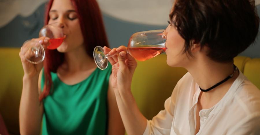 Девушки пьют вино