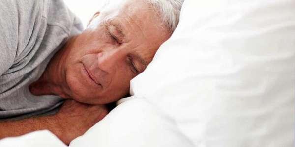 Мужчина лежит с закрытыми глазами