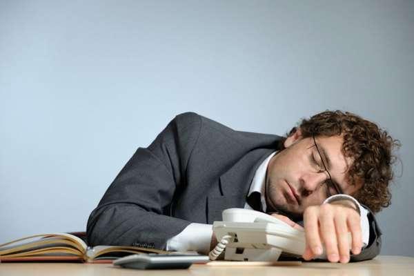 Мужчина уснул за рабочим столом