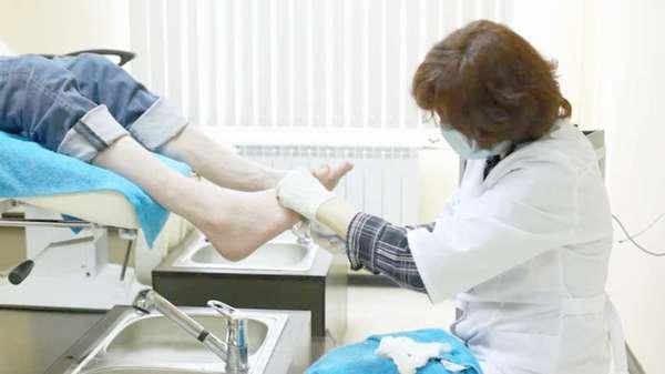 Миколог осматривает пациента