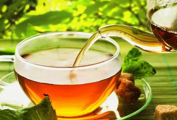 Наполнение чашки чая