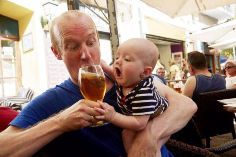 Отец пьет пиво при ребенке