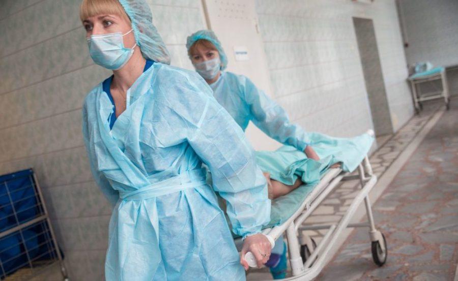 Медсестры с каталкой