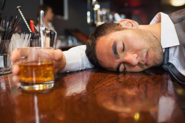 Мужчина уснул из-за выпитого алкоголя