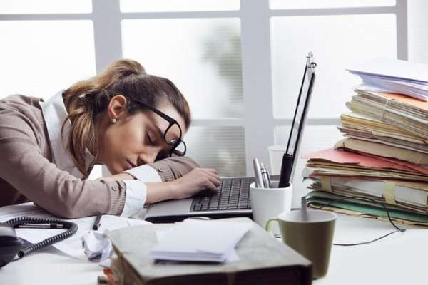 Девушка уснула за рабочим столом
