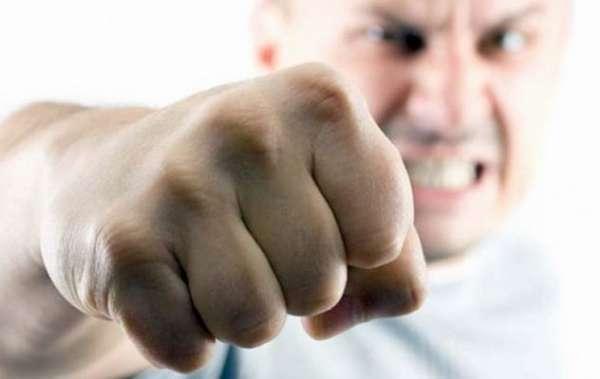 Мужчина бьет кулаком