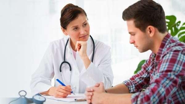 Парень консультируется с доктором