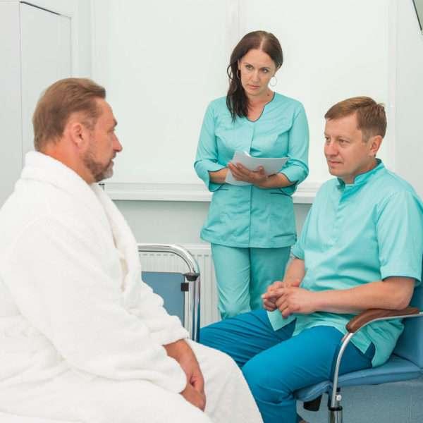 Врач ведет беседу с пациентом