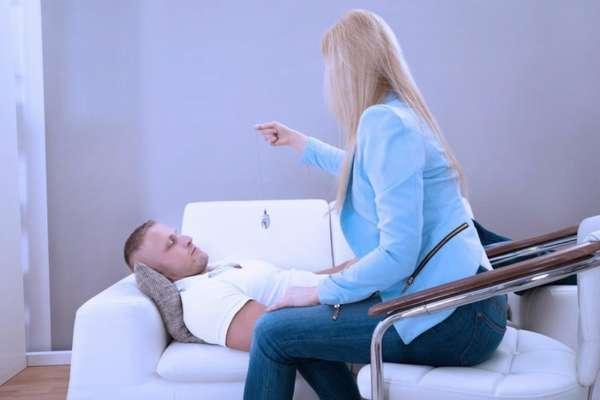 Девушка проводит сеанс гипноза