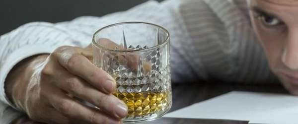 Стакан со спиртным в руках