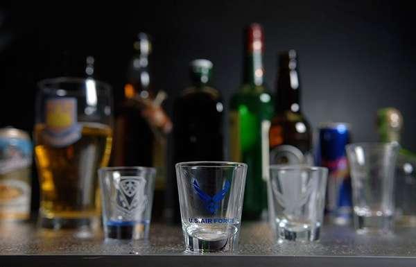Стакан виски и рюмка водки
