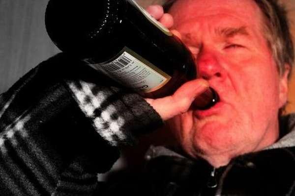 Алкоголик пьёт пиво