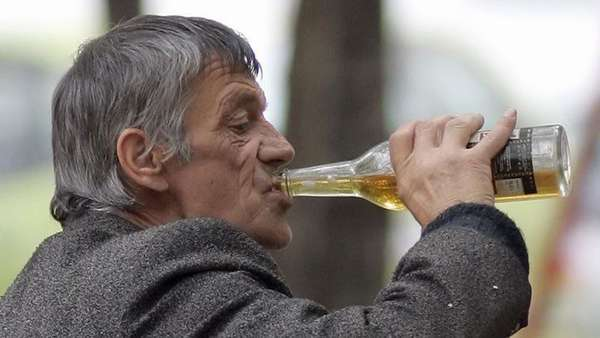 Пьет водку