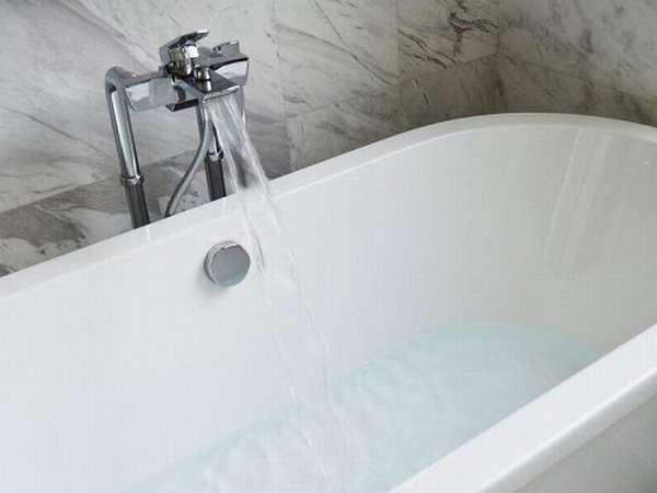 В ванную набирается вода