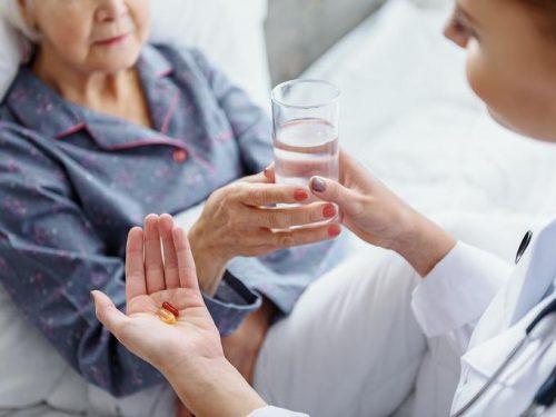 Пожилая женщина больная