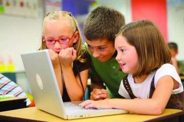Ребята сидят за компьютером